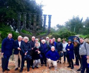 Missione 2019 il gruppo davanti alla Knesset e la Menorah storica